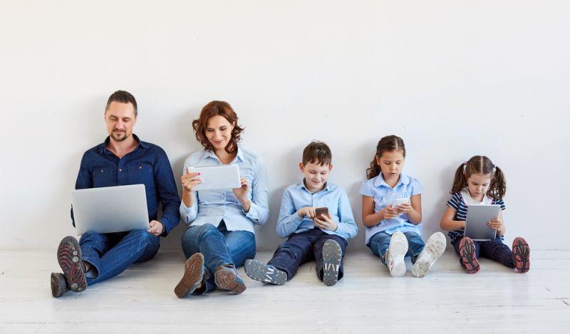 https: img.okezone.com content 2018 11 19 196 1979706 pakai-gadget-untuk-memantau-anak-seberapa-efektif-0uaRbvi1XV.jpg