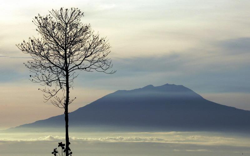 Viral Video Badai Di Gunung Lawu Kilat Dan Petir Menyambar Nyambar