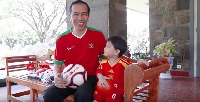 https: img.okezone.com content 2018 11 23 194 1981705 borong-batik-di-pekalongan-jokowi-beli-buat-jan-ethes-gak-ya-14jGTvaHta.jpg
