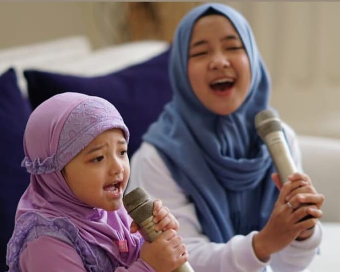 https: img.okezone.com content 2018 11 23 194 1982051 tampil-dengan-hijab-gaya-arsy-hermansyah-ini-semakin-menggemaskan-vUzwPcx6lV.jpg