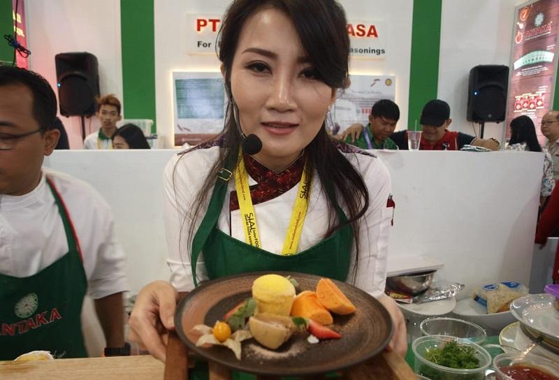 https: img.okezone.com content 2018 11 23 298 1982077 keseruan-chef-axhiang-mengolah-soft-cake-di-sial-interfood-2018-qttDuzTu7c.jpeg