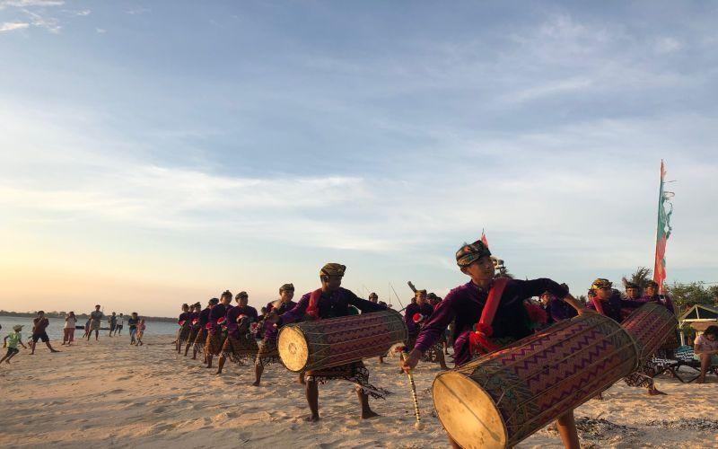 https: img.okezone.com content 2018 11 23 406 1982039 mengenal-gendang-beleq-kesenian-khas-suku-sasak-lombok-yang-penuh-makna-LsvJTzkmUt.jpg