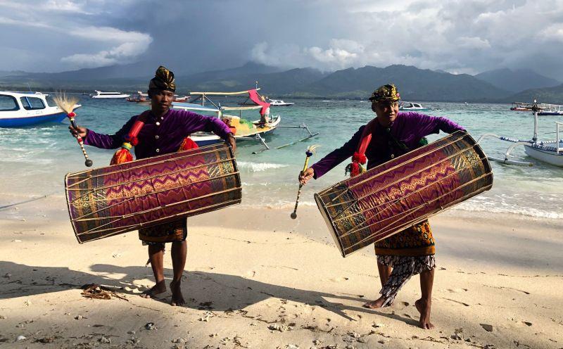 https: img.okezone.com content 2018 11 24 194 1982333 mempelajari-pakaian-adat-sasak-pemain-gendang-beleq-kaya-akan-budaya-0yrKshN6S7.jpg