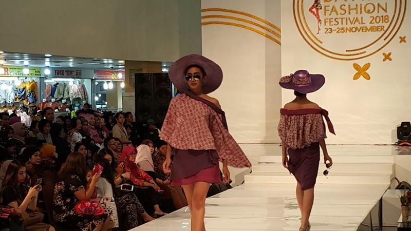 https: img.okezone.com content 2018 11 26 194 1982926 batik-berpotongan-kasual-untuk-pakaian-pesta-generasi-milenial-NNXWdMcmZL.jpg
