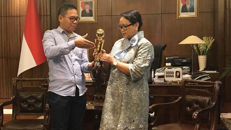 https: img.okezone.com content 2018 11 27 18 1983394 menteri-luar-negeri-retno-marsudi-terima-indonesia-awards-2018-Lms6Doz2RL.jpg