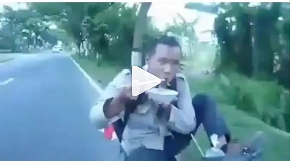 https: img.okezone.com content 2018 11 27 298 1983289 aksi-lelaki-ini-kendarai-motor-sambil-makan-mi-ayam-videonya-viral-fS2XJ9IOsW.jpg