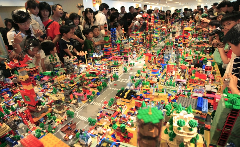https: img.okezone.com content 2018 11 28 320 1984052 kisah-lego-brand-mainan-paling-favorit-di-dunia-z11JRjorGZ.jpg