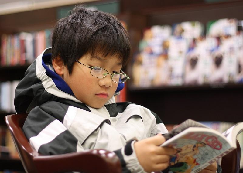https: img.okezone.com content 2018 11 29 481 1984655 komik-manga-dapat-dijadikan-terapi-untuk-penyandang-autis-apa-kelebihannya-tiXnnXmR5y.jpg