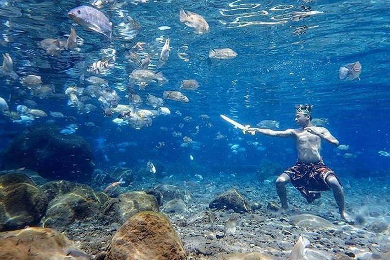 https: img.okezone.com content 2018 11 30 406 1984892 kerennya-berfoto-dalam-air-bersama-ikan-ada-di-indonesia-kok-BDGTGvOie9.jpg