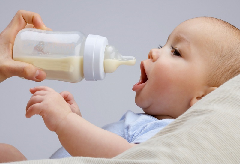 Hasil gambar untuk bayi minum susu