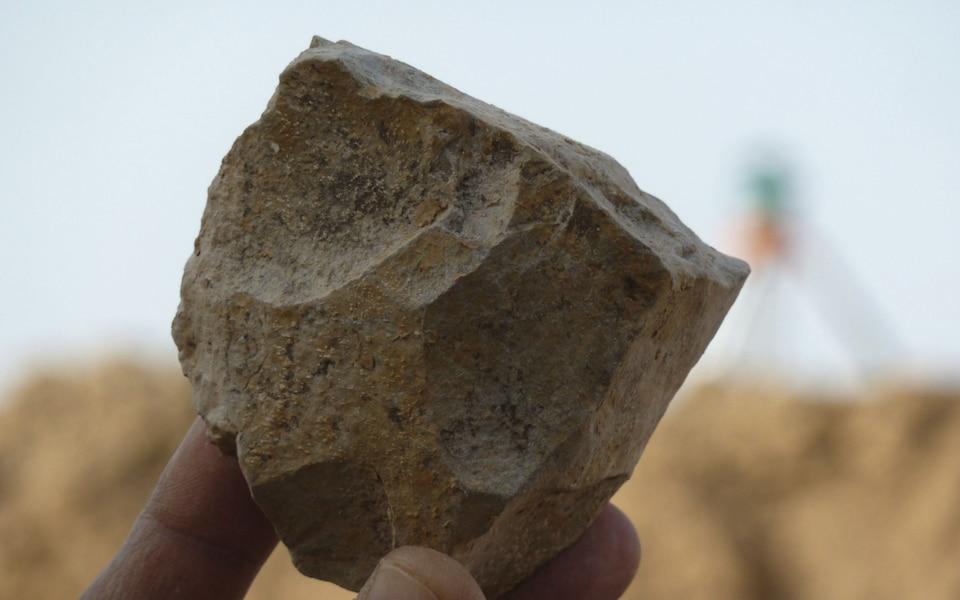 https: img.okezone.com content 2018 11 30 56 1985034 arkeolog-temukan-perkakas-batu-berusia-2-4-juta-tahun-MxbQtO6hOE.jpeg