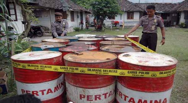 https: img.okezone.com content 2018 12 01 340 1985419 4-ton-bbm-ilegal-di-papua-kembali-diamankan-polisi-MjlW3lwF4g.jpg