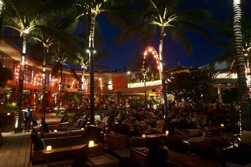 https: img.okezone.com content 2018 12 01 406 1985546 4-restoran-pinggir-pantai-yang-instagramable-untuk-makan-malam-romantis-iqqdvVfggb.jpg