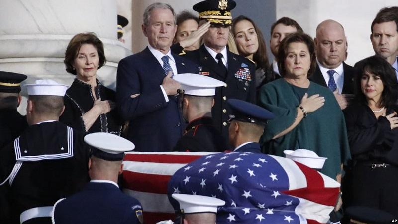 https: img.okezone.com content 2018 12 04 18 1986476 jenazah-george-hw-bush-disemayamkan-di-gedung-kongres-as-0Sx3IA7OGp.jpg