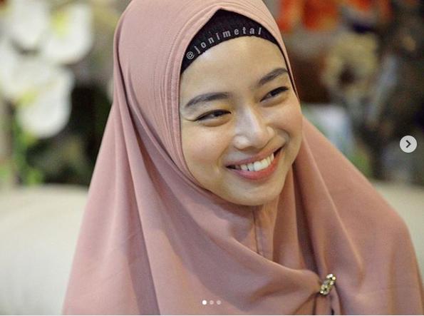 https: img.okezone.com content 2018 12 04 194 1986481 cantiknya-ratu-wushu-indonesia-pakai-syar-i-kini-sudah-menikah-lho-ZTwJUaPngw.png