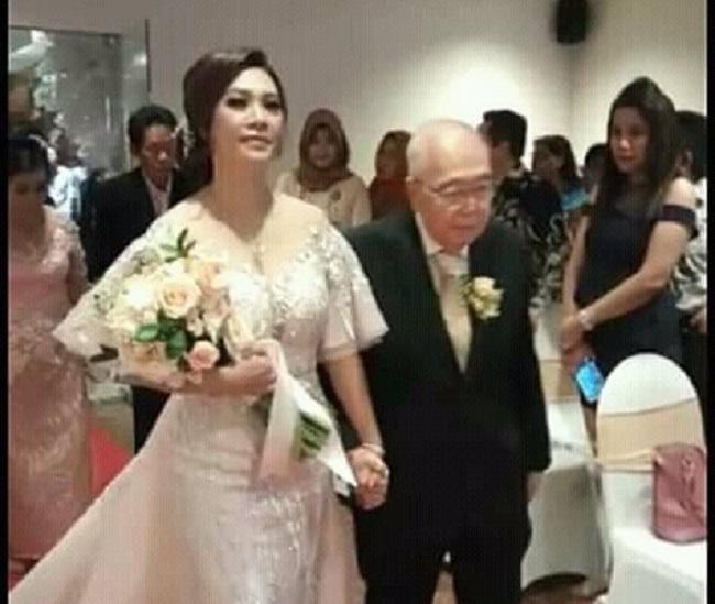 https: img.okezone.com content 2018 12 04 196 1986605 komisaris-jamu-cap-jago-menikah-di-usia-84-tahun-netizen-semoga-segera-mendapatkan-warisan-yang-melimpah-8hM5FCvcxT.jpeg