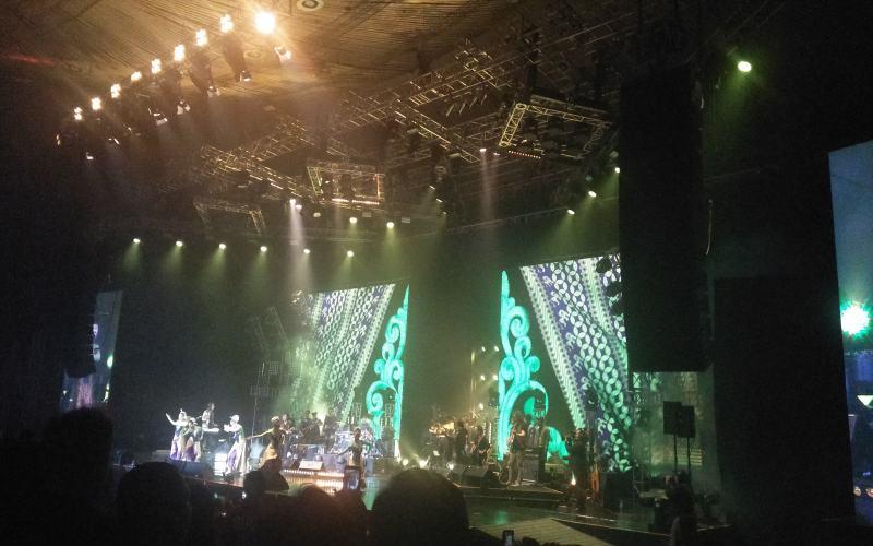 https: img.okezone.com content 2018 12 06 205 1987406 enerjik-kla-project-bawakan-30-lagu-di-konser-karunia-semesta-Xwr7HtxYgZ.jpg
