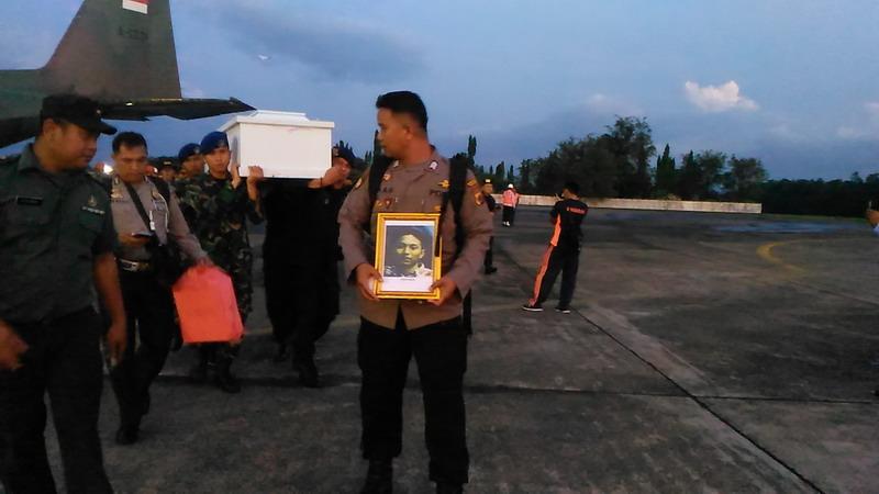 https: img.okezone.com content 2018 12 07 609 1988347 kedatangan-16-jenazah-korban-kkb-papua-asal-makassar-disambut-histeris-berikut-identitasnya-1Yegomc9GB.jpg