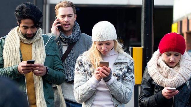 https: img.okezone.com content 2018 12 09 57 1988768 benarkah-ponsel-menjajah-dan-bikin-kita-kurang-produktif-xT6ZPR0ANC.JPG