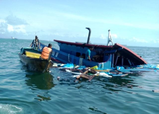 https: img.okezone.com content 2018 12 10 340 1989152 kapal-indonesia-tabrakan-dengan-kapal-tanker-panama-11-wni-dievakuasi-ke-singapura-sCkUzvmwcE.jpg