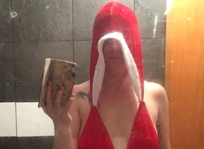 https: img.okezone.com content 2018 12 11 194 1989930 wanita-ini-pesan-kostum-natal-seksi-di-online-yang-datang-malah-bikin-kesal-QTOT1FOOK4.jpg