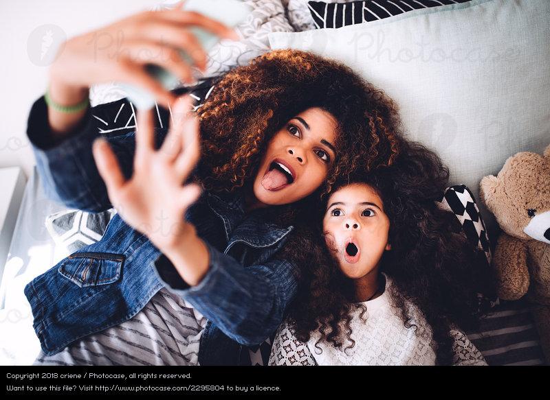 https: img.okezone.com content 2018 12 12 196 1990081 perilaku-orangtua-sering-posting-foto-anak-di-media-sosial-ini-kata-psikolog-YyvmwylFTM.jpeg