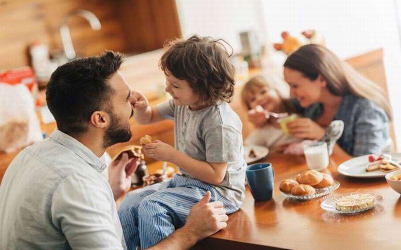 https: img.okezone.com content 2018 12 12 196 1990185 kedekatan-emosional-orangtua-dengan-anak-tidak-terpenuhi-ini-dampak-buruknya-mn9l6bu7Ss.jpg