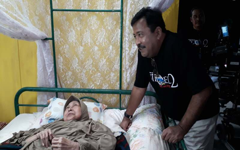 https: img.okezone.com content 2018 12 12 206 1990361 syuting-film-si-doel-naik-ambulans-aminah-cendrakasih-tak-patah-semangat-5rJnbTCoqs.jpg