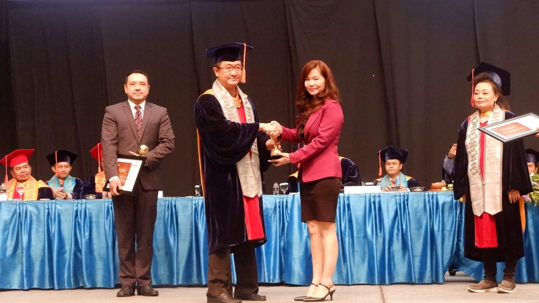 https: img.okezone.com content 2018 12 13 65 1990620 mnc-sekuritas-terima-penghargaan-binus-alumni-award-pFpjgbirHl.jpg