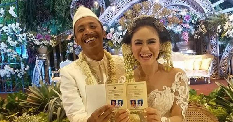 https: img.okezone.com content 2018 12 16 33 1991980 selamat-furry-setya-mas-pur-resmi-menikah-QCmrB8bDZh.jpg
