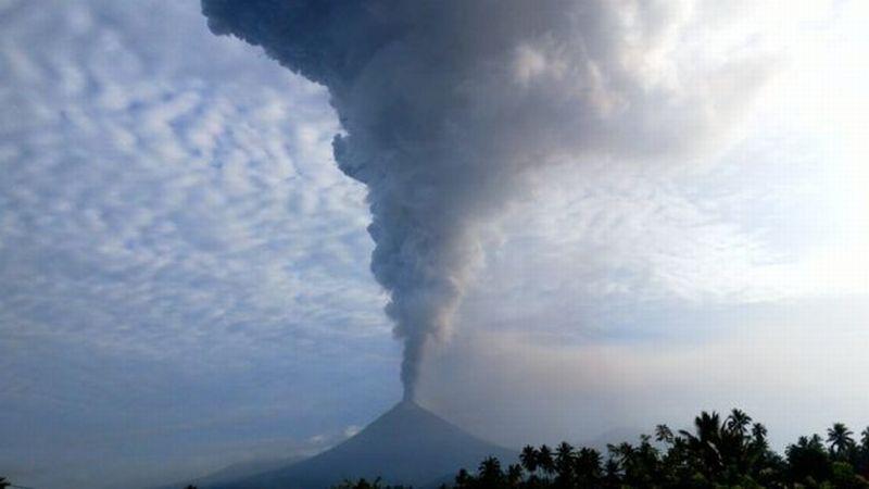 https: img.okezone.com content 2018 12 16 340 1991951 kembali-meletus-gunung-soputan-semburkan-abu-vulkanik-hingga-7-500-meter-pwK67Fvbit.jpg