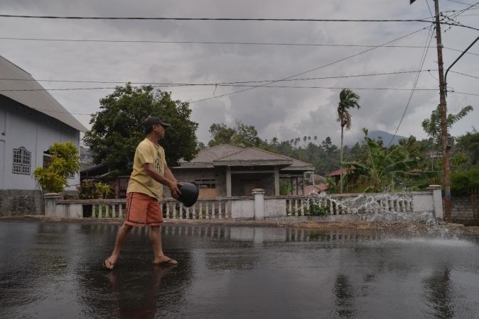 https: img.okezone.com content 2018 12 16 340 1992037 tiga-kecamatan-di-minahasa-tenggara-terdampak-erupsi-gunung-soputan-cAZMW2uOPN.jpg