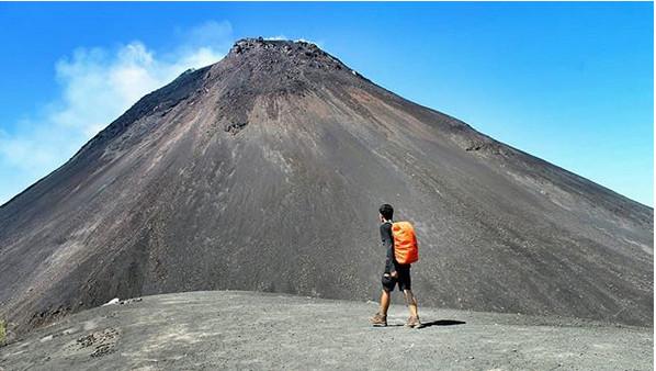 https: img.okezone.com content 2018 12 17 406 1992375 kembali-erupsi-gunung-soputan-memiliki-sederet-keindahan-wisata-di-sekitarnya-XxOpC6rxgw.jpg