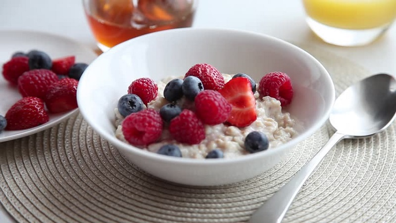 https: img.okezone.com content 2018 12 18 298 1993013 5-makanan-berprotein-tinggi-ini-cocok-banget-dijadikan-sarapan-u5KIeVM6PT.jpg