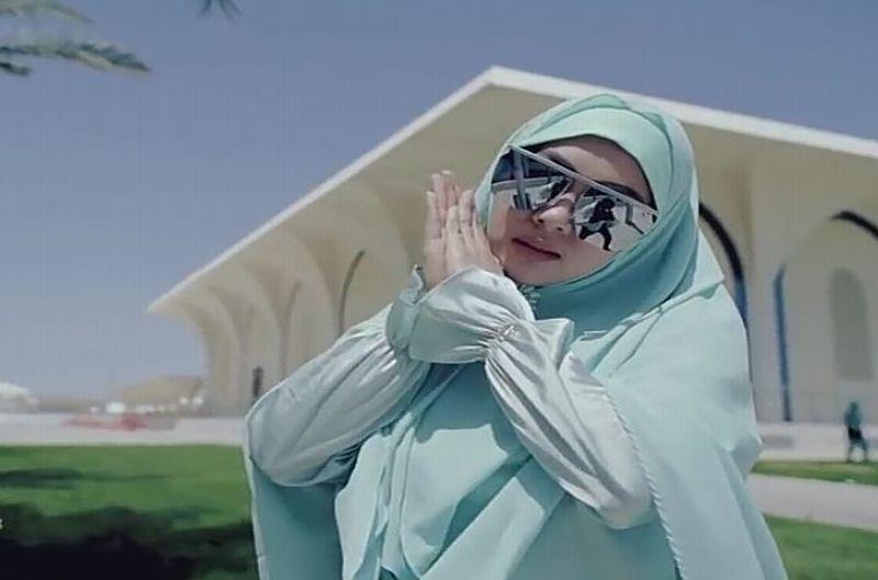 https: img.okezone.com content 2018 12 20 194 1993782 viral-fashion-hijab-syahrini-yang-disebut-mirip-rm-bts-Xq6Eap8a4y.jpg