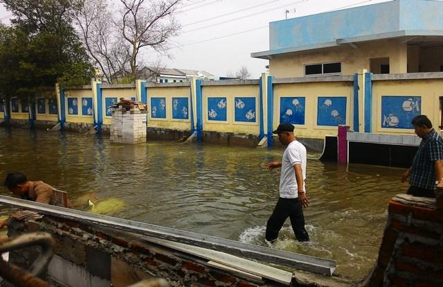 https: img.okezone.com content 2018 12 24 338 1995375 akibat-laut-pasang-wilayah-penjaringan-terendam-banjir-FpL3V2ib5w.jpg