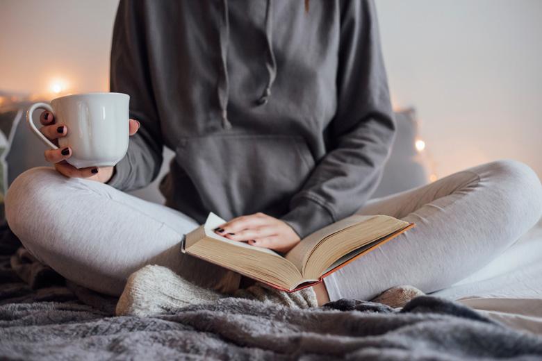 https: img.okezone.com content 2018 12 24 481 1995553 3-manfaat-membaca-di-malam-hari-untuk-otak-PbD0jXiUV7.jpg