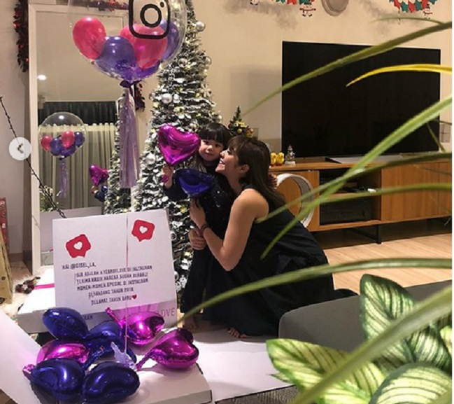 https: img.okezone.com content 2018 12 25 194 1995707 rayakan-natal-gisel-dan-gempi-dapat-kado-spesial-dari-instagram-uwyMw81z3l.jpg