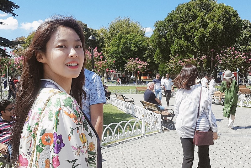 https: img.okezone.com content 2018 12 25 33 1995625 seolhyun-aoa-jadi-warga-kehormatan-chest-of-korea-dvYWs7BHxT.jpg