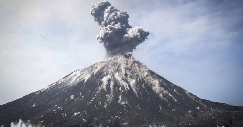 https: img.okezone.com content 2018 12 25 56 1995735 tsunami-terjadi-akibat-longsor-anak-krakatau-ini-penjelasannya-MdJerOot3i.jpg
