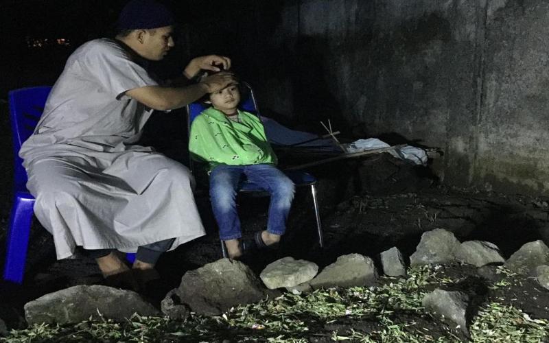https: img.okezone.com content 2018 12 26 33 1996106 kesedihan-anak-herman-seventeen-di-pusara-ayahnya-f87fnZXAr4.jpg