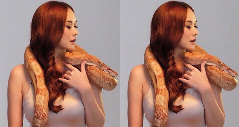 https: img.okezone.com content 2018 12 27 194 1996610 6-pose-aura-kasih-main-bersama-ular-bikin-deg-degan-8gVY8zYHUz.jpg
