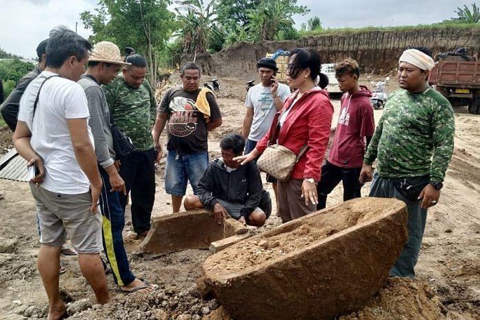 https: img.okezone.com content 2018 12 30 244 1997732 sarkofagus-ditemukan-di-lokasi-pengerukan-tanah-gianyar-9rd1c2eHyf.jpg