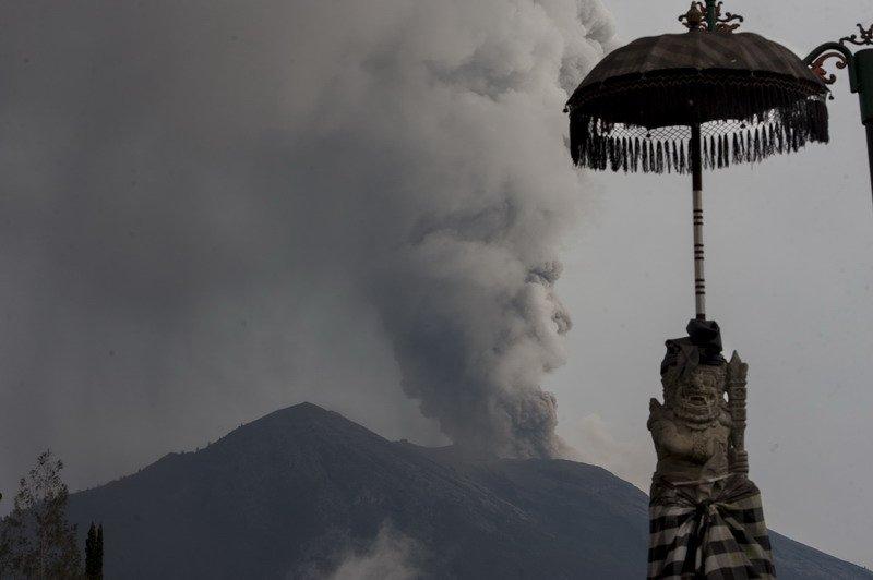 https: img.okezone.com content 2018 12 30 340 1997673 kembali-erupsi-status-gunung-agung-ditingkatkan-jadi-siaga-HCYFYWIyUo.jpg