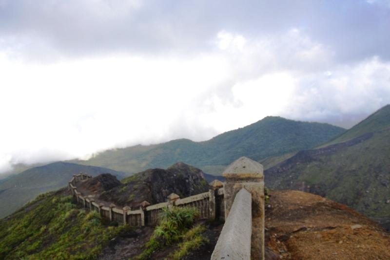 https: img.okezone.com content 2019 01 01 406 1998570 rayakan-tahun-baru-2019-ratusan-pendaki-padati-gunung-bukit-kaba-e3Z3DFm7nK.jpg