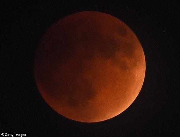 https: img.okezone.com content 2019 01 02 56 1998850 blood-wolf-moon-terlihat-di-langit-akhir-januari-2019-oWVrLkRkuy.jpg