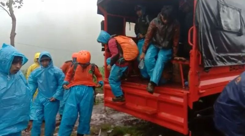 https: img.okezone.com content 2019 01 02 609 1998843 basarnas-bentuk-tim-cari-2-pendaki-yang-tersesat-di-gunung-bawakaraeng-hBFBlM8kba.jpg