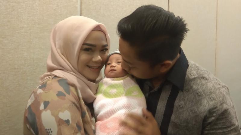 https: img.okezone.com content 2019 01 03 33 1999625 tinggal-di-as-ini-alasan-sheza-idris-melahirkan-di-indonesia-4HMN3pZBMH.jpg
