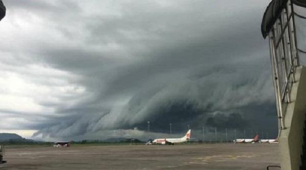 https: img.okezone.com content 2019 01 03 406 1999271 ini-kata-bmkg-soal-fenomena-awan-berbentuk-tsunami-di-makassar-k9stOHbtTv.jpg
