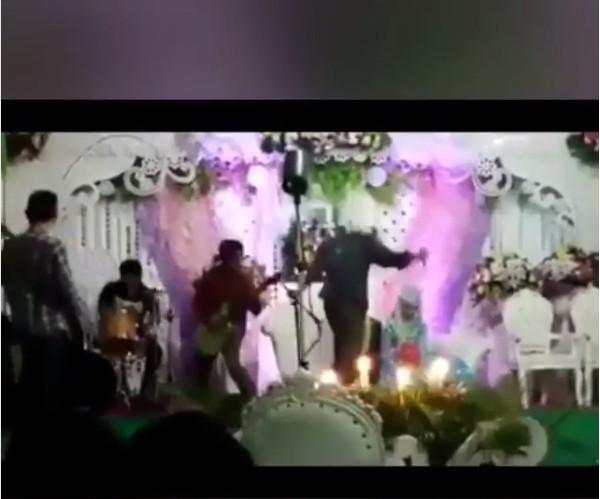 https: img.okezone.com content 2019 01 04 194 1999989 pengantin-ini-undang-band-metal-di-hajat-pernikahan-ini-reaksi-tamu-undangannya-j2yVCHjfna.jpg